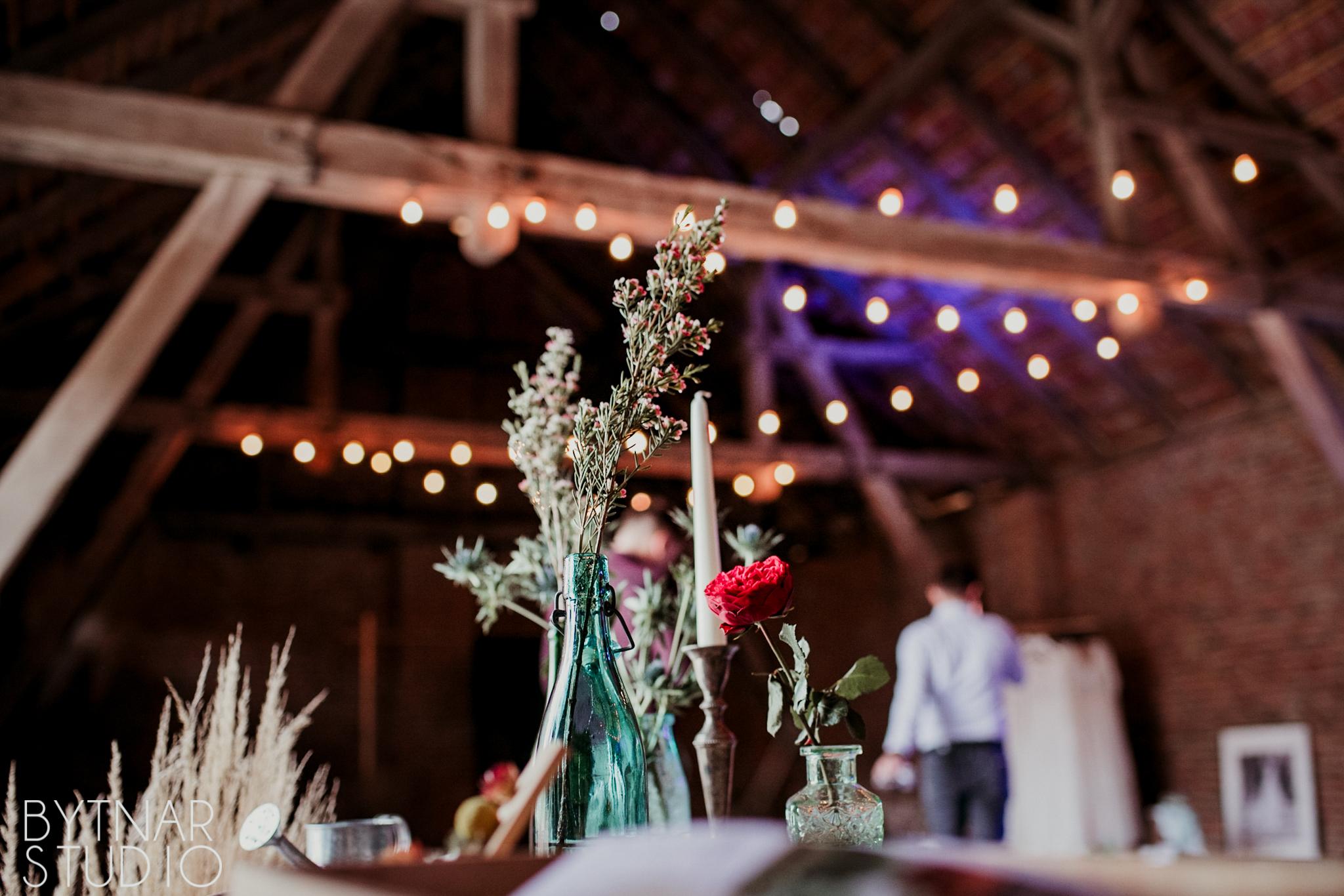 rustykalne wesele w stodole, girlandy na wynajem