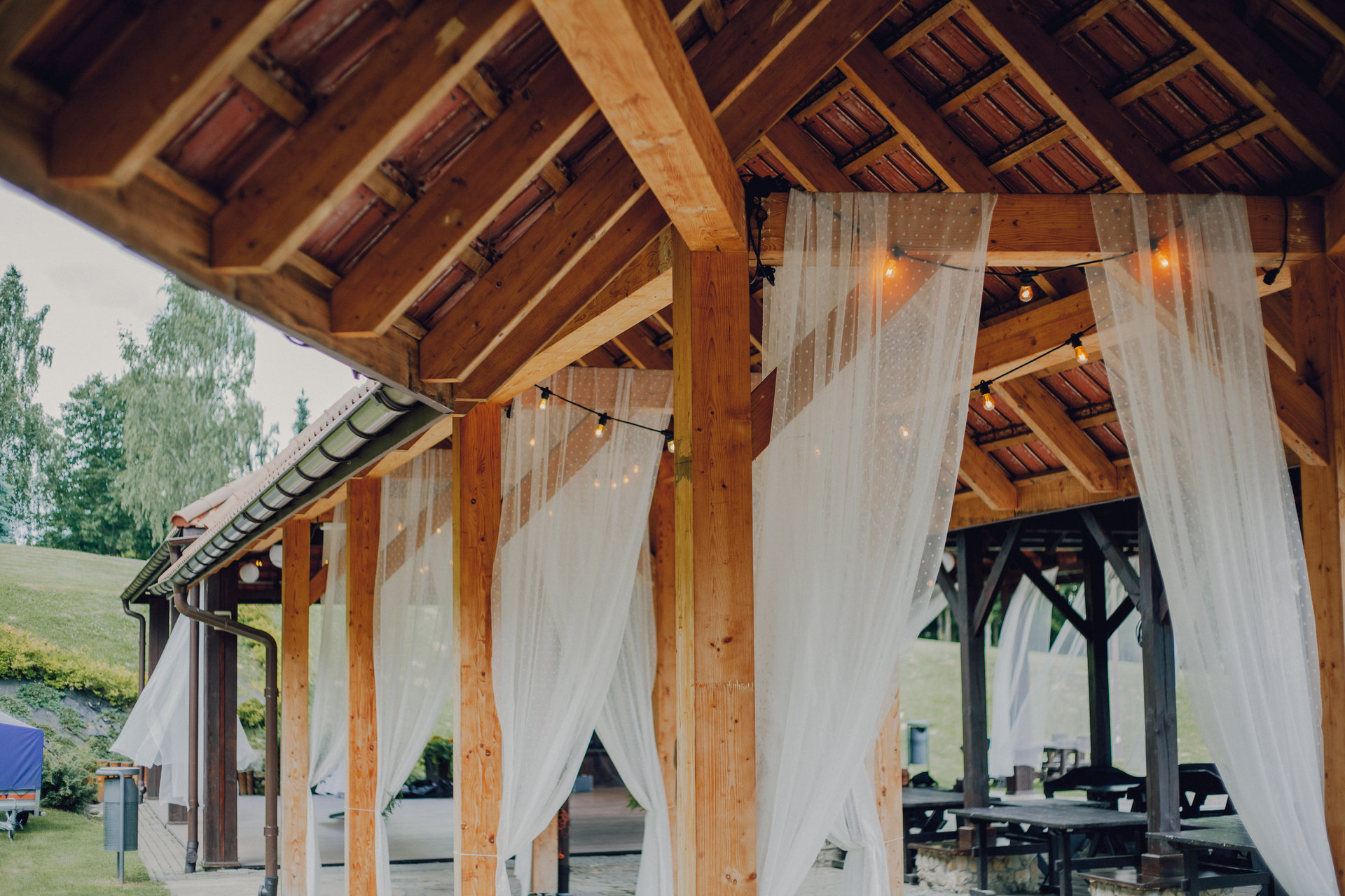 taberna pod sosnami girlandy na wesele