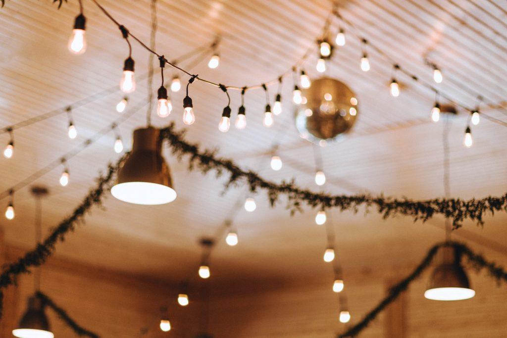 rustykalne dekoracje, girlandy na wesele
