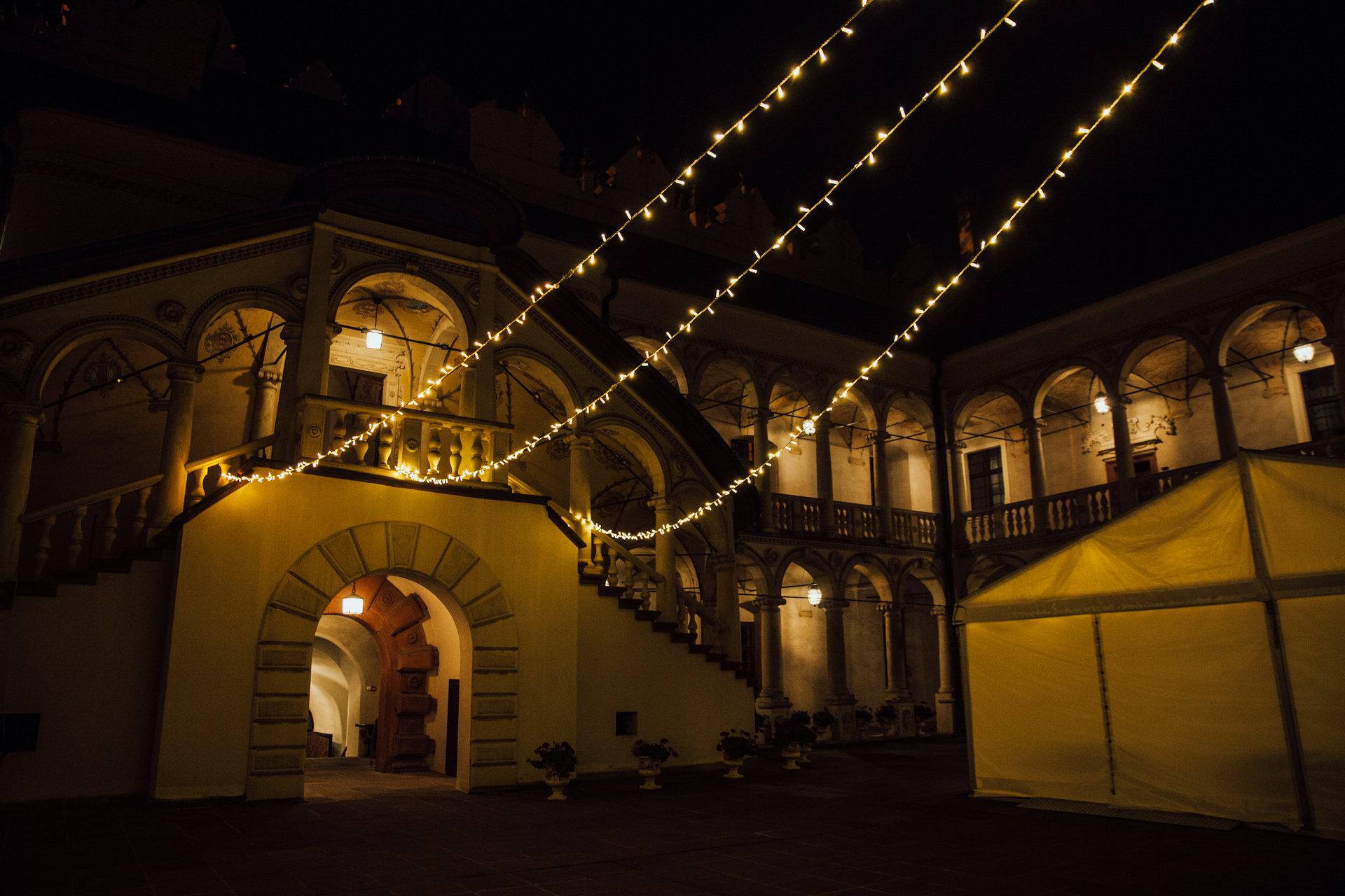 światełka fairy lights, wesele na dziedzińcu zamek w