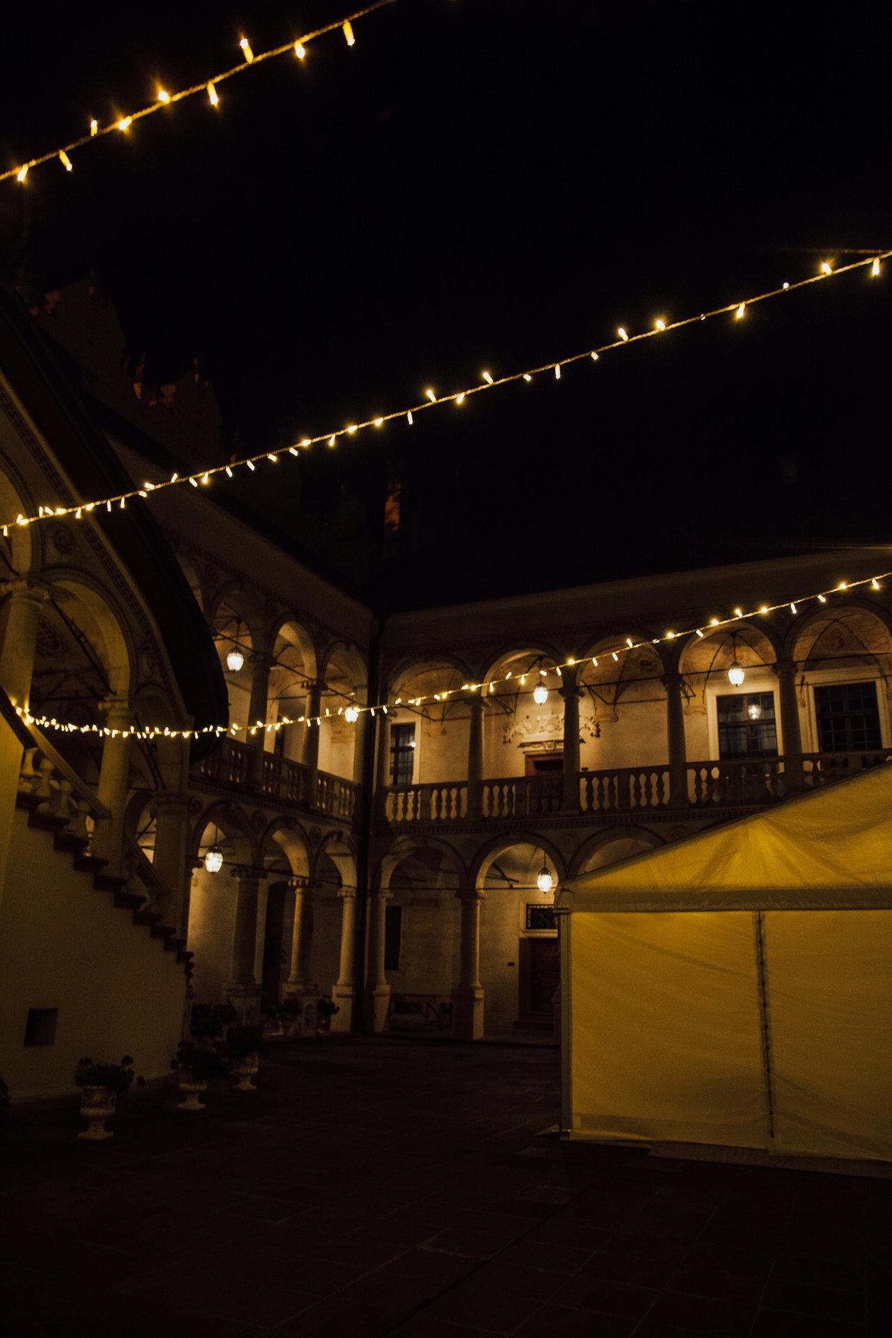 wynajem światełek fairy lights dziedziniec zamku w Baranowie Sandomierskim