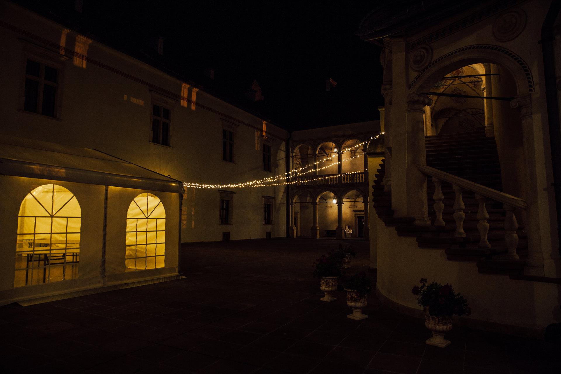wynajem światełek na wesele, dziedziniec zamku w baranowie sandomierskim