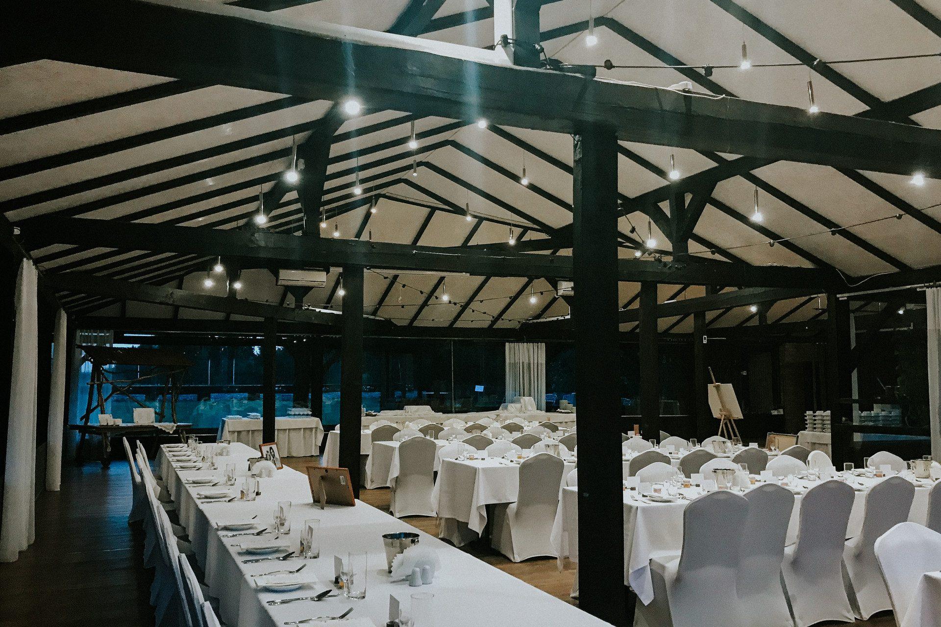 rustykalne wesele szklana stodoła girlandowo
