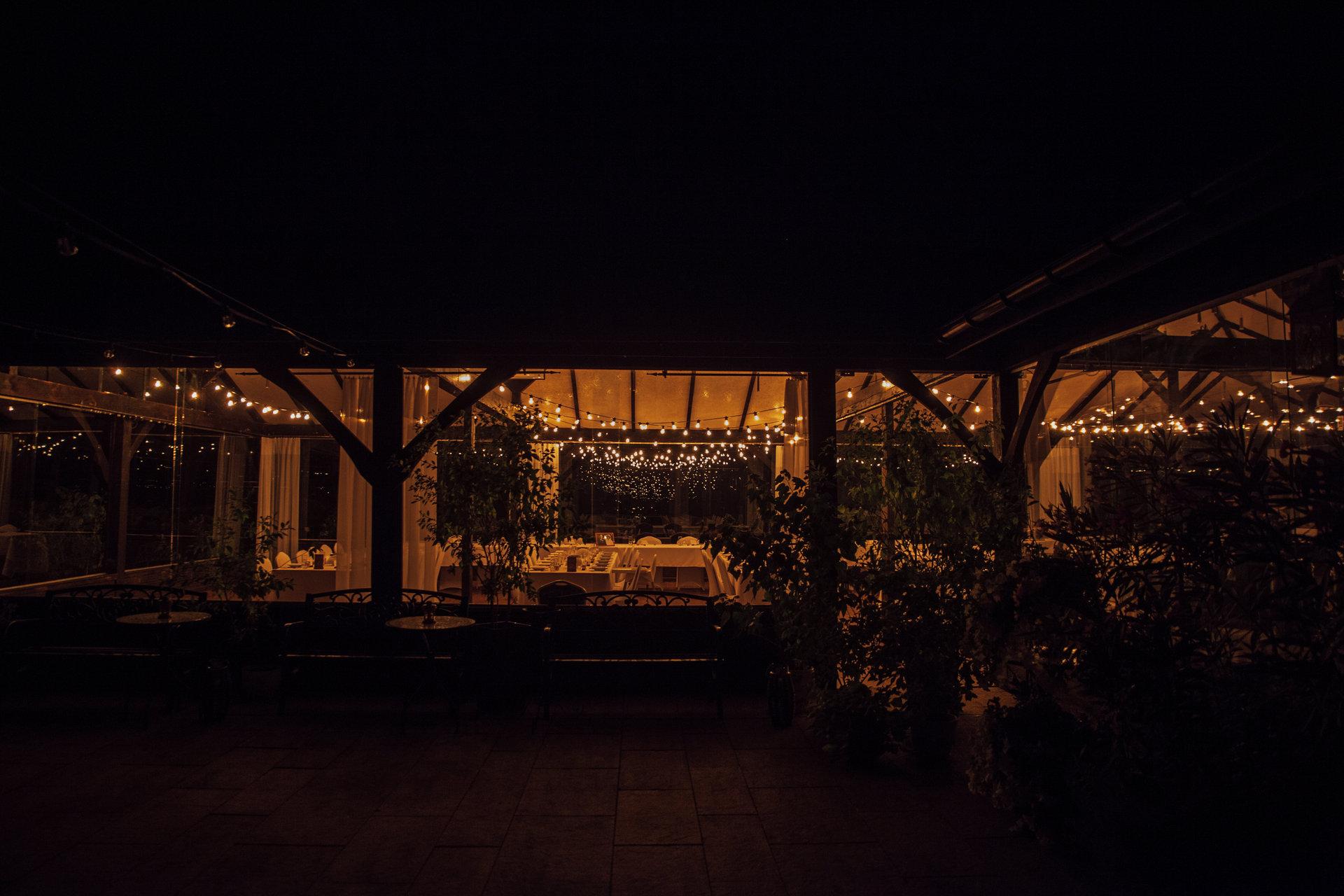 girlandy na wesele w stodole