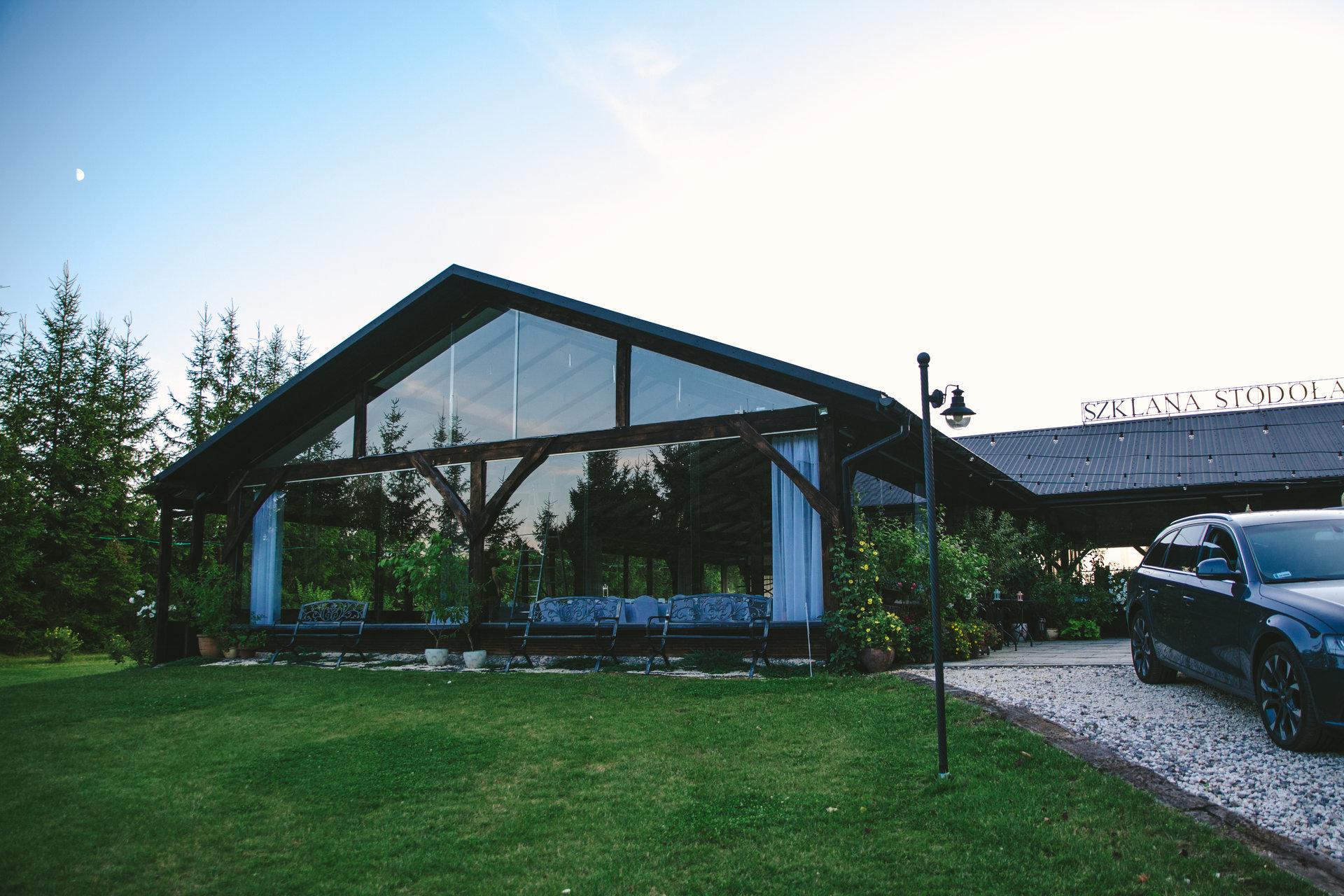 rustykalne wesele girlandowo szklana stodoła