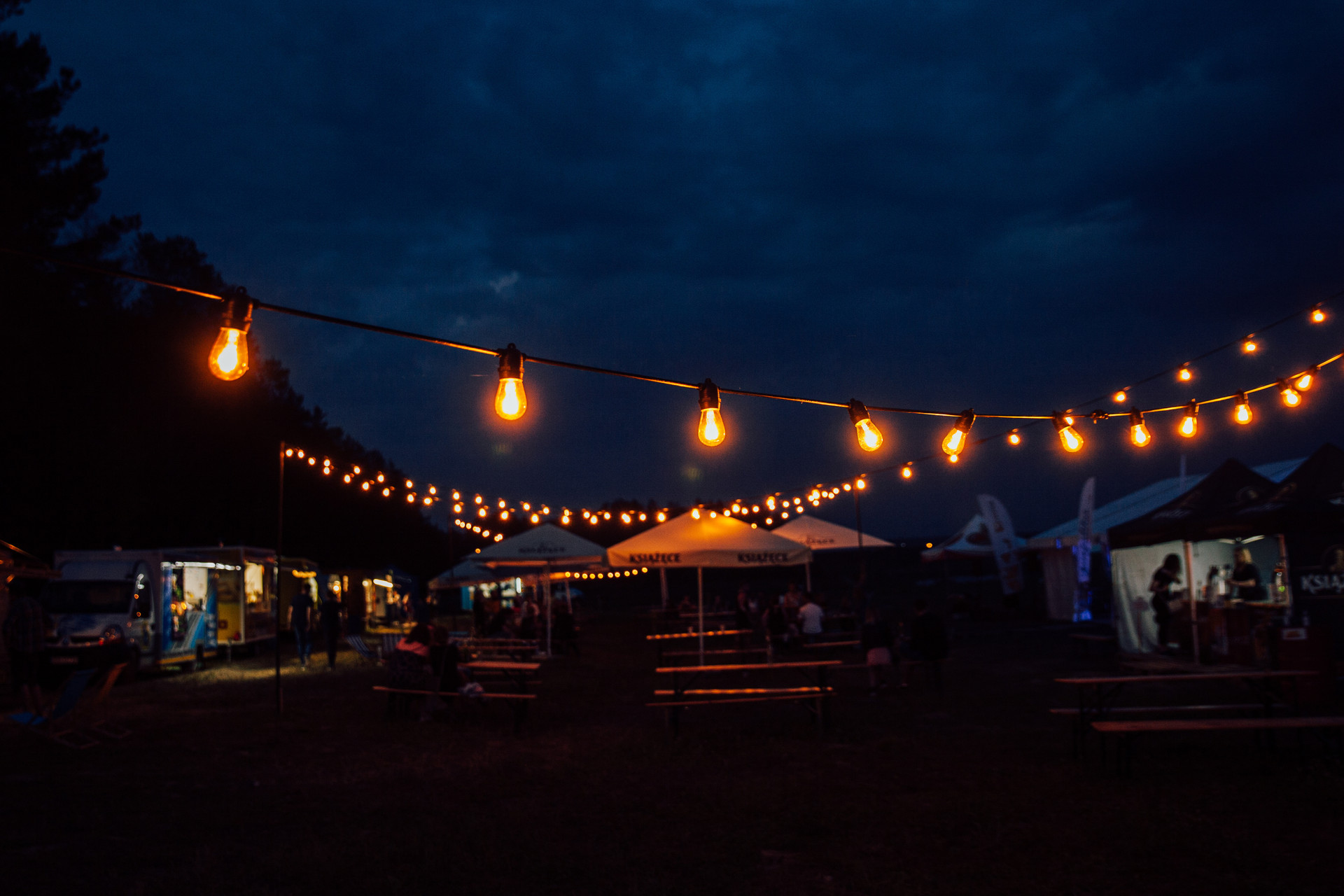 oświetlenie eventu girlandowo