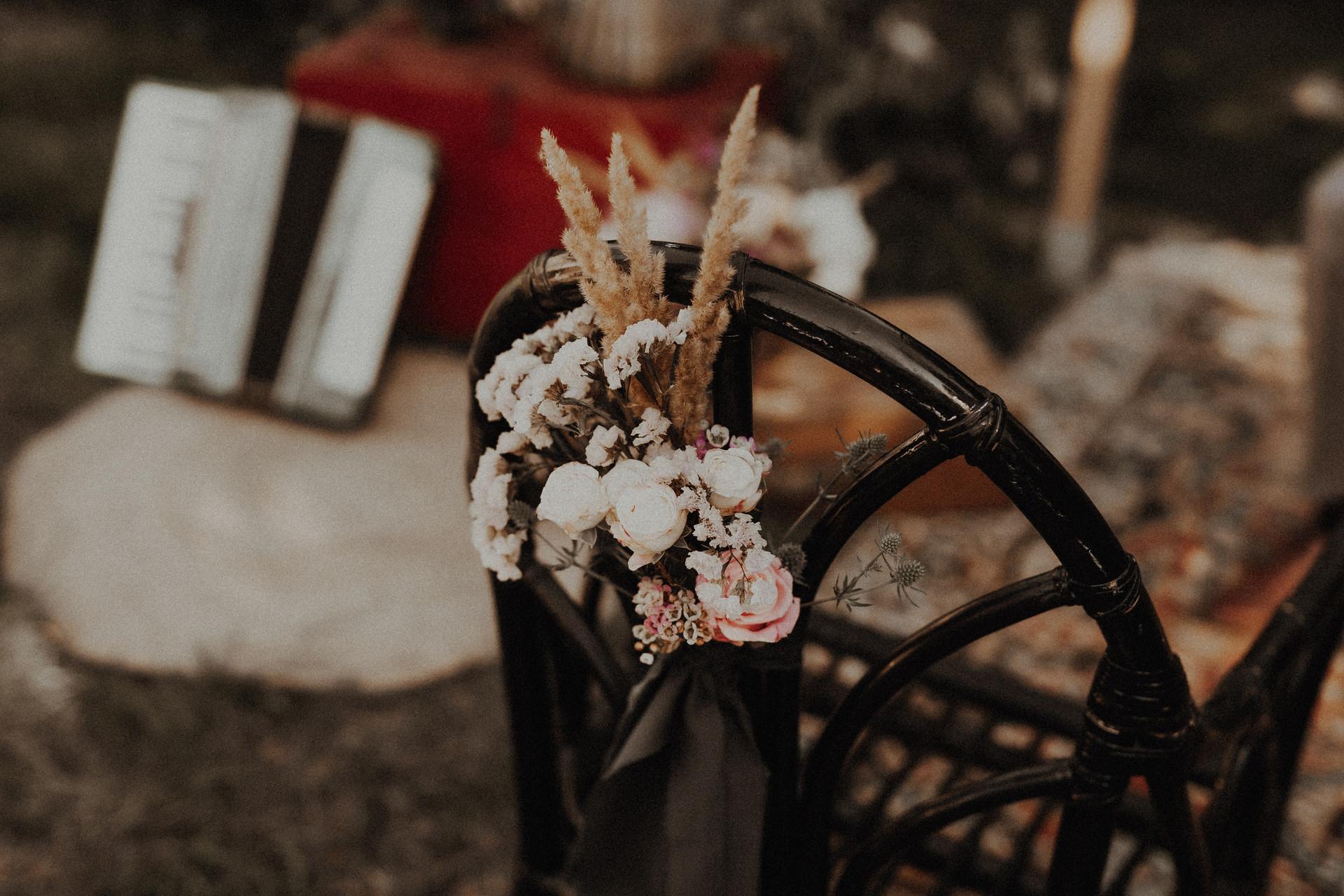 dekoracja na ślub w plenerze w stylu hippie