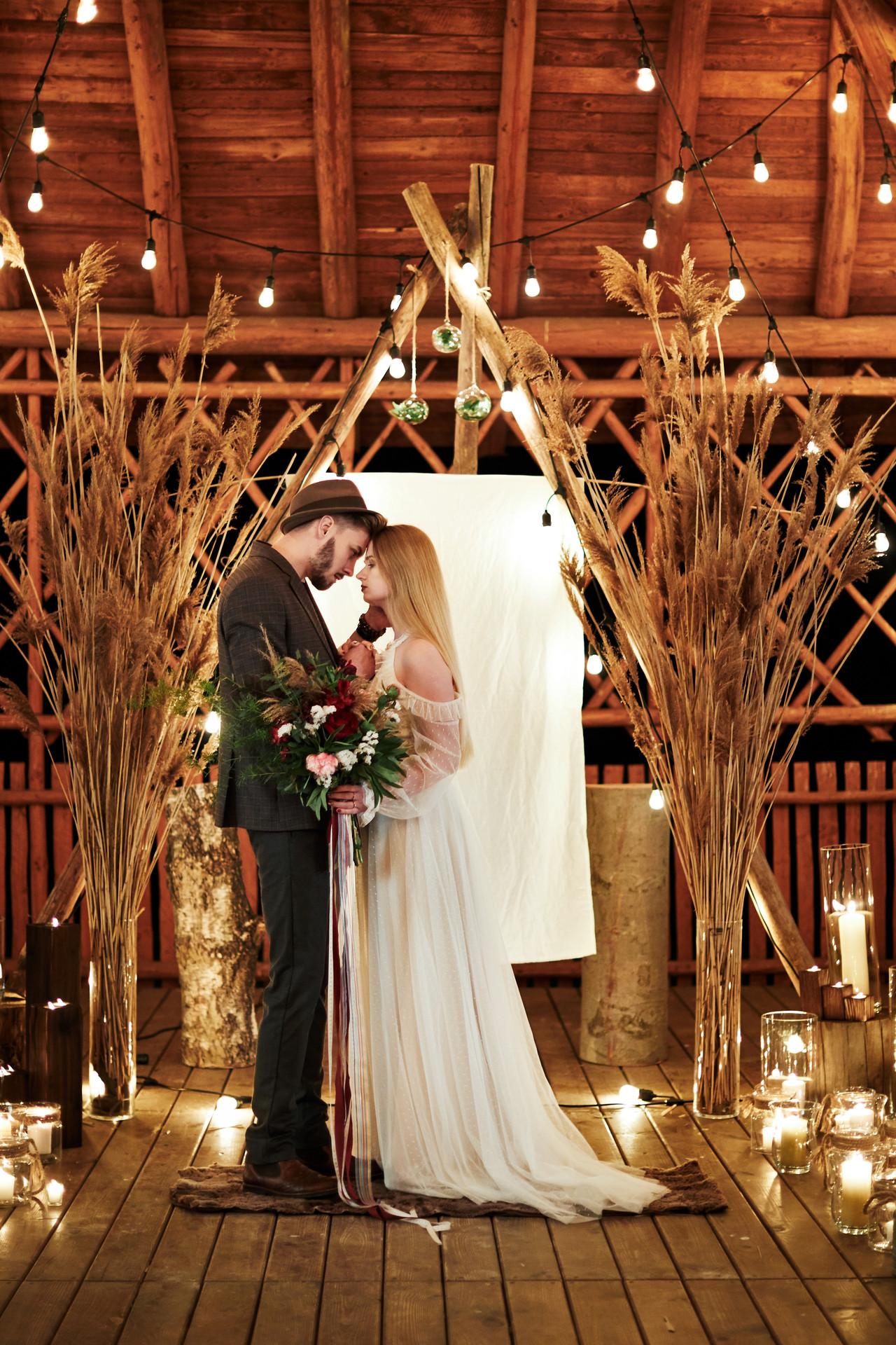 girlanda żarówkowa, ślub w plenerze