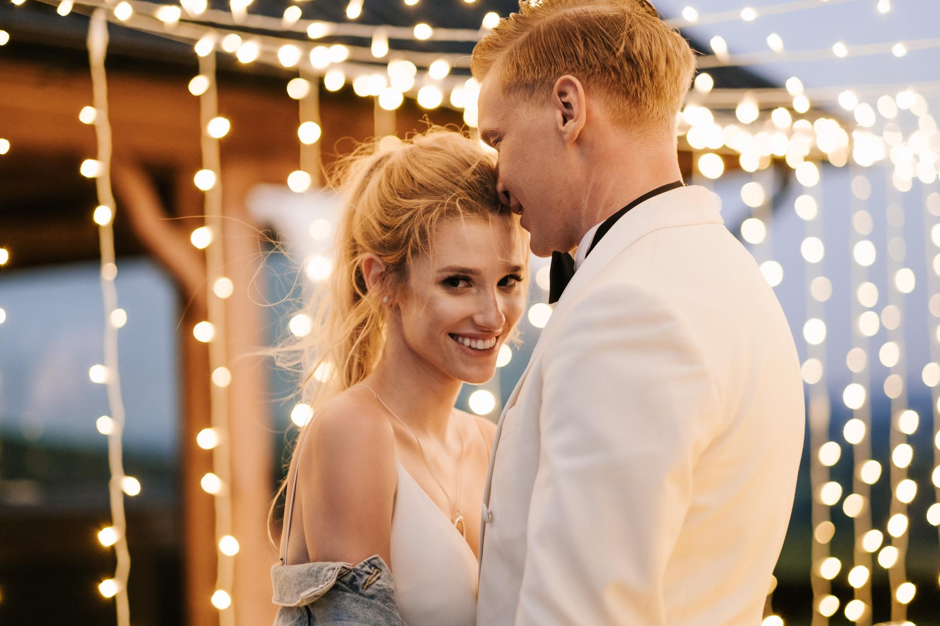 wesele w plenerze, światełka fairy lights
