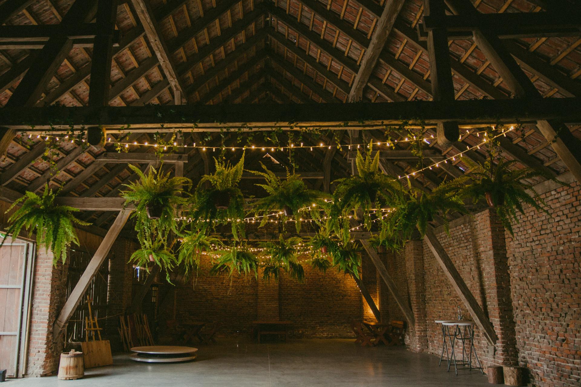 dekoracja na wesele w stodole