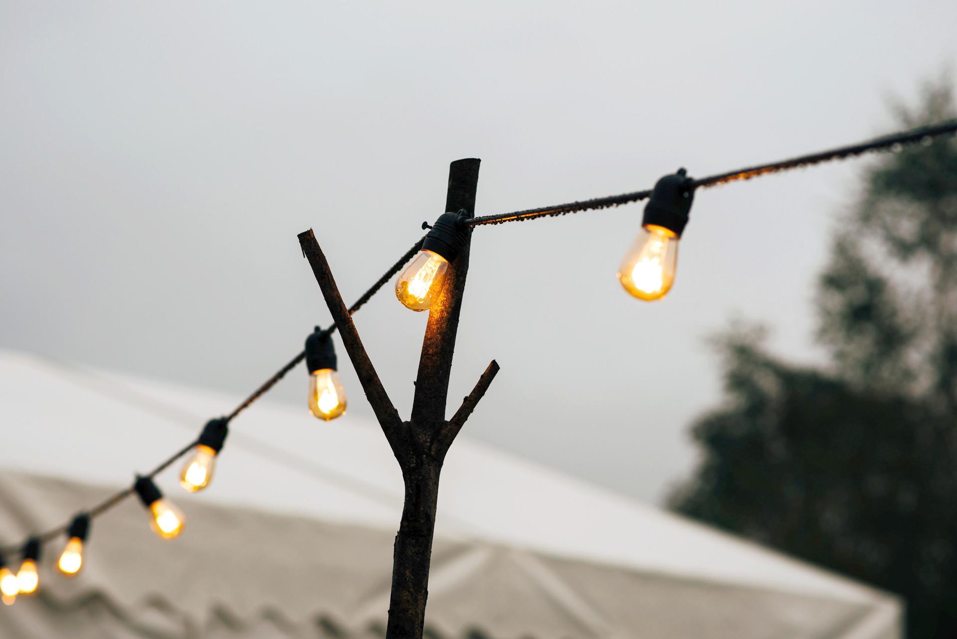 oświetlenie na wesele w plenerze
