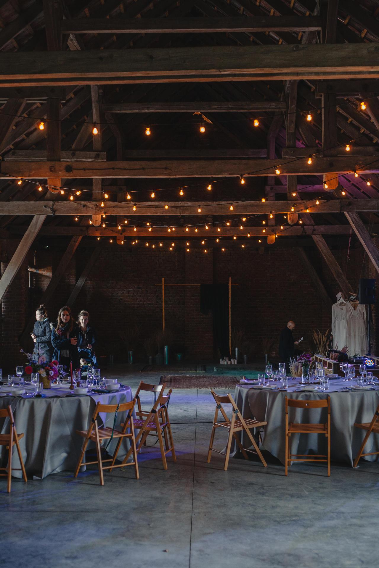 girlandowo dekoracja stodoły na wesele