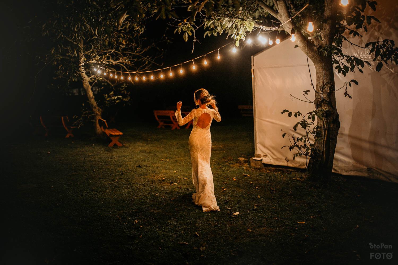 suknia slubna wesele w ogrodzie