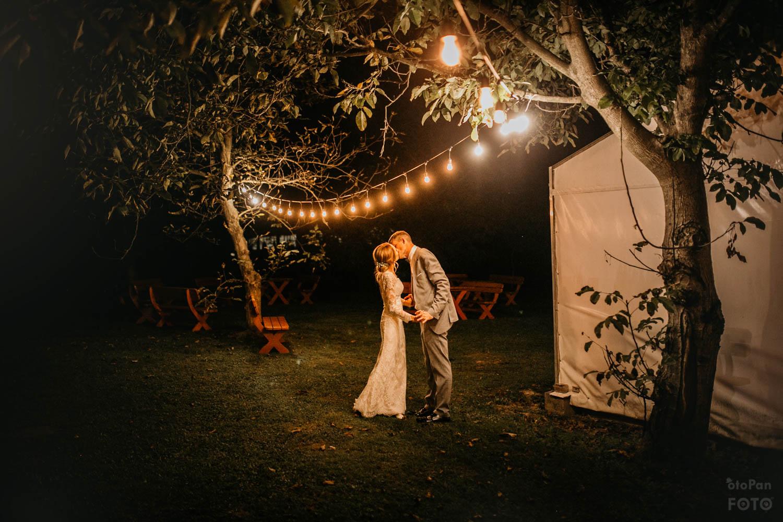 wesele w ogrodzie girlandowo